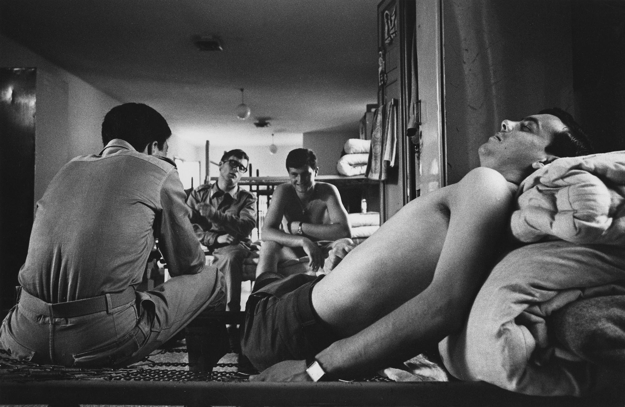 Nel dormitorio della caserma dell'aviazione di Villafranca di Verona, 1968