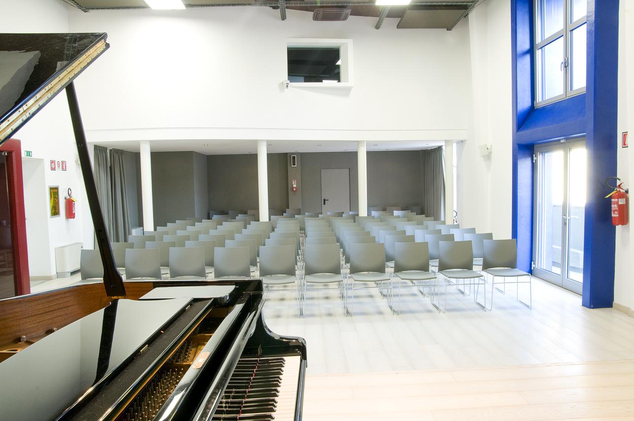 Il palco dell'auditorium della Fondazione Bottari Lattes
